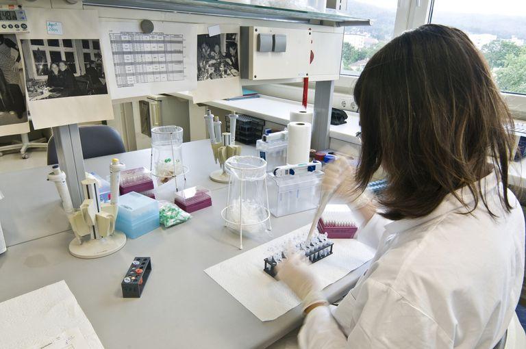 دستیار آزمایشگاهی که در آزمایشگاه کار می کند